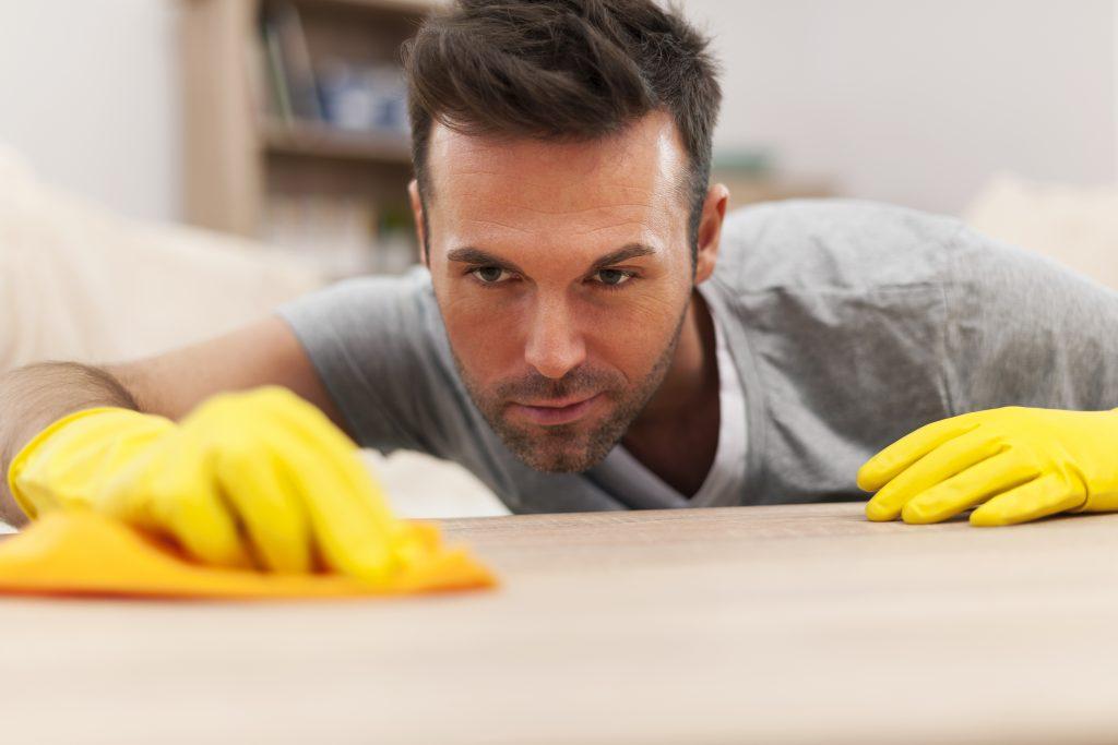 limpiando mueble de madera de roble natural